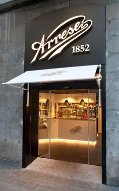 This particular photo is truly a formidable design procedure. Bakery Design, Cafe Design, Store Design, Bakery Interior, Restaurant Interior Design, Pastry Shop Interior, Cafe Shop, Cafe Bar, Boutique Patisserie