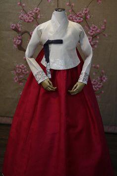 화려한 오후만의 특별한 당의 저고리, 은박으로 멋스러움을 더해주어 살짝 빛을 내주니 고급스러움이 배가 됩니다^-^  korean tranditional clothes for wedding  #HANBOK  cafe.naver.com/oohoo