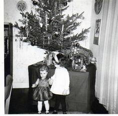 """Eingesandt von Peter Hermann aus Ahaus: """"Das Foto zeigt mich im Jahr 1964 im Alter von drei Jahren vor dem Weihnachtsbaum. Meine große Schwester (damals 12 Jahre alt) hatte eine große Puppe mit zwei Kleidern zu Weihnachten bekommen. Wie man sieht, passte mir das zweite Kleid damals recht gut. Frisur und Haarfarbe haben sich in den vergangenen 52 Jahren inzwischen allerdings etwas verändert."""""""