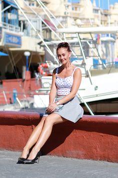 benalmadena, puerto marina, benalmadena puerto marina, päivän asu, todays, outfit, spain, espanja, asuminen espanjassa, black heels, high heels, black high heels, grey, grey skirt, crop top, dots,