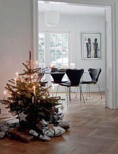 Casa nórdica con un árbol de Navidad natural
