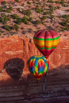 Aerial view of hot air balloons flying during the Red Rock Balloon Rally, Red Rock State Park, near Gallup, New Mexico USA. Flying Balloon, Balloon Rides, Big Balloons, Colourful Balloons, Scenery Pictures, Fall Pictures, Air Ballon, Hot Air Balloon, New Mexico Usa