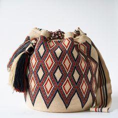 Original Wayuu Bags of One Thread Hebra - Fine Mochila Bags Tapestry Bag, Tapestry Crochet, Crochet Shell Stitch, Weaving Techniques, Backpack Purse, Learn To Crochet, Crochet Accessories, Purses And Bags, Hand Weaving