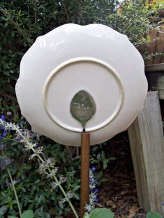 Garden Art... this is how the back of the plate flower should look. Need to make some of these for our new back yard!