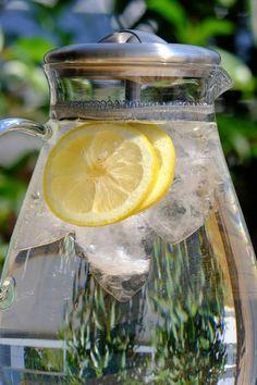 Připravte si rychlý osvěžující citronový nápoj🥤🧊 🍋Do džbánu vymačkáme dva citrony a zalijeme studenou vodou. Dle chuti přisypeme trochu stévie či třtinového cukru pro oslazení. 🍋Pak už stačí přidat kostky ledu a kolečka nakrájeného citronu (u bio citronu můžeme kůru nechat, jinak odstraníme). 🍋Nápoj ještě můžeme dozdobit plátky citrusů či lístky bylinek. #citronovavoda #letninapoj #osvezujinapoj #citronovalimonada #citronovalimca #letniosvezeni Lemon