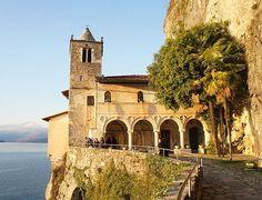 Costruito su uno strapiombo a picco sul lago Maggiore, l'Eremo di Santa Caterina del Sasso è senza dubbi uno tra gli scenari più suggestivi vicino a Varese.