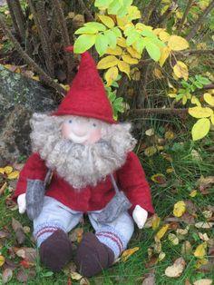 Tonttu-Taavetti, valmistettu trikoosta, hattu ja takki huovutettu.