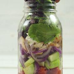 Jar Greek Salad Super easy Greek salad in a Mason Jar.Super easy Greek salad in a Mason Jar. Mason Jar Lunch, Mason Jar Meals, Meals In A Jar, Mason Jars, Mason Jar Recipes, Lunch Snacks, Healthy Snacks, Healthy Eating, Healthy Recipes