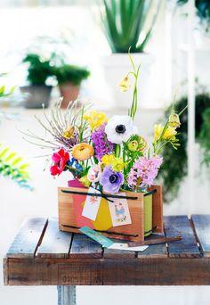 Un DIY de saison proposé par La joie des fleurs pour faire un centre de table en bois, feutrine et fleurs de printemps. Spring is coming !
