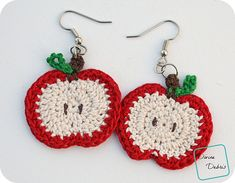 Are you ready for Fall? Or perhaps you've got a teacher in your life who might want a pair of great apples earrings? Because this earring pattern has you covered. In this simple design, you've got options for pumpkins or apples and you can customize them as you want. It's up to you, do you want some golden delicious apples or some perfectly ripe pumpkins?