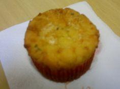 Receita de Cupcake de Queijo - cupcake. Junte a manteiga e os ovos e bata até criar uma mistura leve e homogênea. Junte a farinha com fermento e bata por 3 minutos. Junte a...