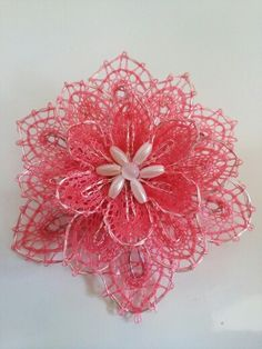 Creando con bolillos. Flor de bolillos para tocado de comunión Needle Lace, Bobbin Lace, Types Of Lace, Lacemaking, Lace Heart, Lace Jewelry, Beautiful Crochet, Handmade Flowers, String Art