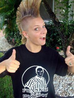 Punk girl Punk Mohawk, Punk Rock Girls, Estilo Punk Rock, Pop Art Makeup, Punks Not Dead, Skin Head, Mohawks, Rock Fashion, Punk Outfits