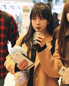 Your source of news on YG's biggest girl group, BLACKPINK! Please do not edit or remove the logo of. Blackpink Jisoo, Yg Entertainment, South Korean Girls, Korean Girl Groups, K Pop, Black Pink ジス, Blackpink Memes, Blackpink Photos, Jennie Lisa