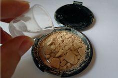 Repare maquiagens quebradas com algumas gotinhas de álcool.