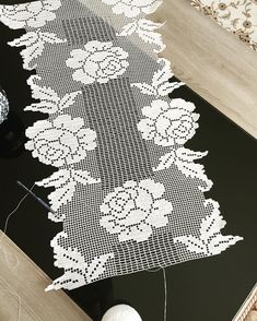 #runner #beyazdantel #beyazdantel #hanımeli #hanımelinden #sevgiyleörüyoruz #dantel #crochet #crochetstitch Filet Crochet, Crochet Round, Thread Crochet, Crochet Tablecloth, Crochet Doilies, Burlap Flowers, Christmas Fun, Diy And Crafts, Cross Stitch