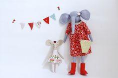 Muñeca de trapo, elefanta de lino azul con vestido rojo y pequeña elefanta con falda de flores by EstrellanDolls on Etsy