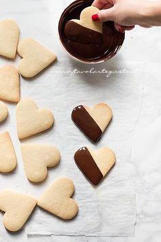 Ricoprire metà biscotto di pasta frolla con cioccolato fuso - Ricetta Biscotti frolla e cioccolato