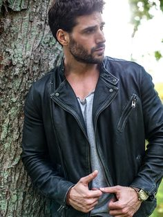 Men's jackets really are a very important part of every single man's set of clothes. Men need outdoor jackets for a variety of moments and several climate conditions. Men's Jacket Ideas. Biker Leather, Leather Men, Leather Jackets, Joseph Cannata, Cargo Jacket Mens, Bomber Jacket, Estilo Rock, Man Set, Jackets