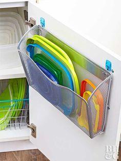 Nous avons tous des bacs ou boîtes en plastique comme les fameux tupperware dans nos placards. Ils sont l'idéal pour garder ou réchauffer notre nourriture, mais comme ils ont tous des tailles différentes, leur rangement nécessite souvent beaucoup d'espace. Vous reconnaissez sûrement ça vous aussi, je pense… Il existe heureusement plusieurs solutions pratiques pour ranger …