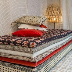 une banquette avec superpositions de petits matelas pour le salon. Black Bedroom Furniture Sets. Home Design Ideas