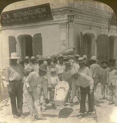 Humilde féretro- los portadores descalzados llevándolo a la sepultura #PuertoRicoUSA