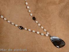 Collar largo de perlas, onix veteado y colgante de ágata. Disponible en Etsy
