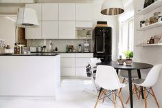 Kuistin kautta: Meidän keittiö Pientalo ja piha -lehdessä Kuva:Sara Huhtinen  / Mano Kvik