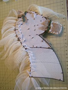 step by step tutorial for a horse head wreath/
