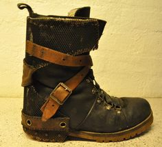 Postapoc boothack / dystopian boots / wasteland wear / buckles / straps / post apocalyptic details / DIY