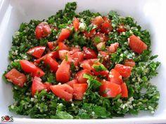 Taboulé  ( salade de persil, menthe, oignons, tomates et boulgour de blé, dans une vinaigrette d'huile et citron)