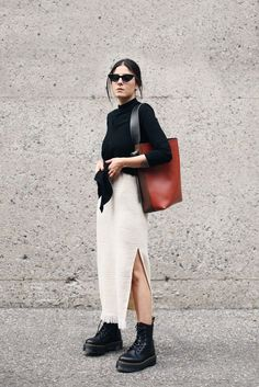 Der Fashion Medley / Maxi-Rock // Langarmhemd // Stiefel // Handtasche // Sonnenbrille // Herbstmode Source by rybchnsky Street Style Outfits, Looks Street Style, Looks Style, Style Me, Trendy Style, Street Style Fashion, Casual Street Style, Feminine Style, Look Fashion