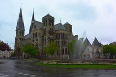 Catedral Notre-Dame-en-Vaux; construída entre 1157 e 1217, hoje em dia é patrimônio da Unesco.