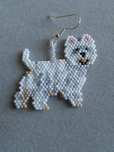 Ces adorables petits perles West Highland Terrier boucles d'oreilles sont sûrs d'être un favori de la propriétaire Westie ou amant de chien que vous connaissez. Elles mesurent environ 1-3/4 pouces de large et 1-1/2 pouces de long. Ils sont fabriqués à partir de perles minuscules d'environ 896 finement tissés, un à la fois, avec une aiguille et du fil pour créer les boucles d'oreilles finis que vous voyez ici. L'oreille percée hameçon fils sont en métal blanc sur l'acier chirurgica...