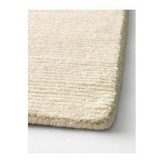 IKEA - ALMSTED, Tapis, poils ras, 140x200 cm, , Tapis noués main par des artisans qualifiés dont chaque pièce est unique. Fabriqué en Inde dans des centres de tissage organisés avec de bonnes conditions de travail et des salaires équitables.Ce tapis est composé de pure laine vierge, ce qui le rend naturellement peu salissant et très résistant.Laine non teintée, couleur blanche naturelle.Le velours dense et épais atténue le bruit et constitue une surface douce sous les pieds.