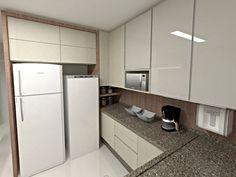 Cozinha com armários claros e portas em vidro pintado