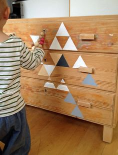des stickers triangles fait maison pour une jolie commodes d'enfants #decal #homemade #DIY #kids