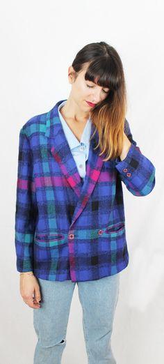 Chaqueta vintage de cuadros. 80's. Solapa ejecutiva y con dos bolsillos. Material: lana y poliester. Forro azul. Talla S-M. Color; azul, mor