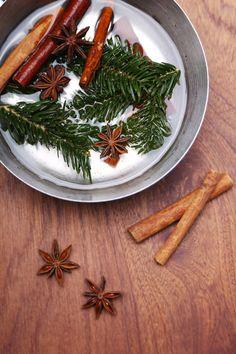 """DIY-Weihnachtsduft """"Simmer Pots"""" II Nadeln, Gewürze und Jojobaöl in einen Topf geben und 5 Minuten aufkochen, anschließend auf kleinster Hitze simmern lassen"""