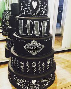 """""""Bolo lindo feito para @jessicavitoroficial ✒️personalizado com o brasão do casal  #bololousa #wedding #chalkcake #chalkboard #chalk #cake #cakewedding"""""""