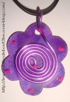 Un petit collier pour les mamans : Les petits ont donc préparé un collier pour leur maman. La technique utilisée est celle du plastique fou. C'est très facile pour des enfants de cet âge. Il suffit de dessiner un motif (une fleur) et de colorier très fort pour le remplir. Le mettre au four pour cuire, quelques secondes suffisent. Le plastique se rétracte et épaissit en même temps et en plus il se rigidifie