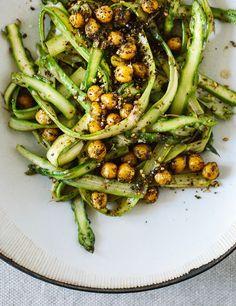 Spargelsalat mit gerösteten Kichererbsen | Entdeckt von Vegalife Rocks: www.vegaliferocks.de ✨ I Fleischlos glücklich, fit & Gesund✨ I Follow me for more vegan inspiration @vegaliferocks