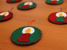 enfeites para a árvore de Natal feito em feltro com desenho de vela.  Dimensão do Círculo: 7 cm x 7cm