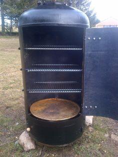 Depuis peu, le fumoir est terminé. Je l'ai réalisé dans un ballon d'eau chaude de 200 Litres. Je l'ai tout d'abord démonté, puis nettoyé. J... Barbecue Grill, Design Barbecue, Diy Grill, Barbecue Shrimp, Barbecue Chicken, Barbecue Recipes, Barbecue Sauce, Bbq Smoker Trailer, Bbq Pit Smoker