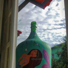 Garrafas decorativas, pintada a mão. Artista Anna Aguiar de Angra dos Reis RJ. Instagram @aguiarte e @portomadeiraeart  #artesanato #cor #vida #simples #decoração #interiores #criatividade #ideia #faça