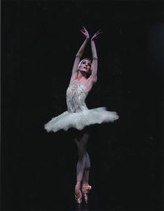 Wendy Whelan performing as Odette in Swan Lake