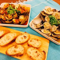 Clams sauce dip with French loaf