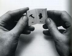 1975 hat der belgische Künstler Marcel Broodthaers einen Miniaturatlas in der Größe einer Zündholzschachtel gestaltet und darin alle Länder auf die gleiche Seitengröße hinunterprojiziert, so daß etwa Österreich praktisch gleich groß wie Australien erscheint.