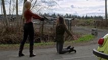 4x19 Lily Page Emma Swan Voiture Jaune Pistolet Menace Duel.png (3,67 Mo)
