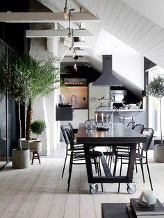 Poutres blanchies, parquet brut et cuisine aménagée sous pente, une belle pièce de vie sous les combles